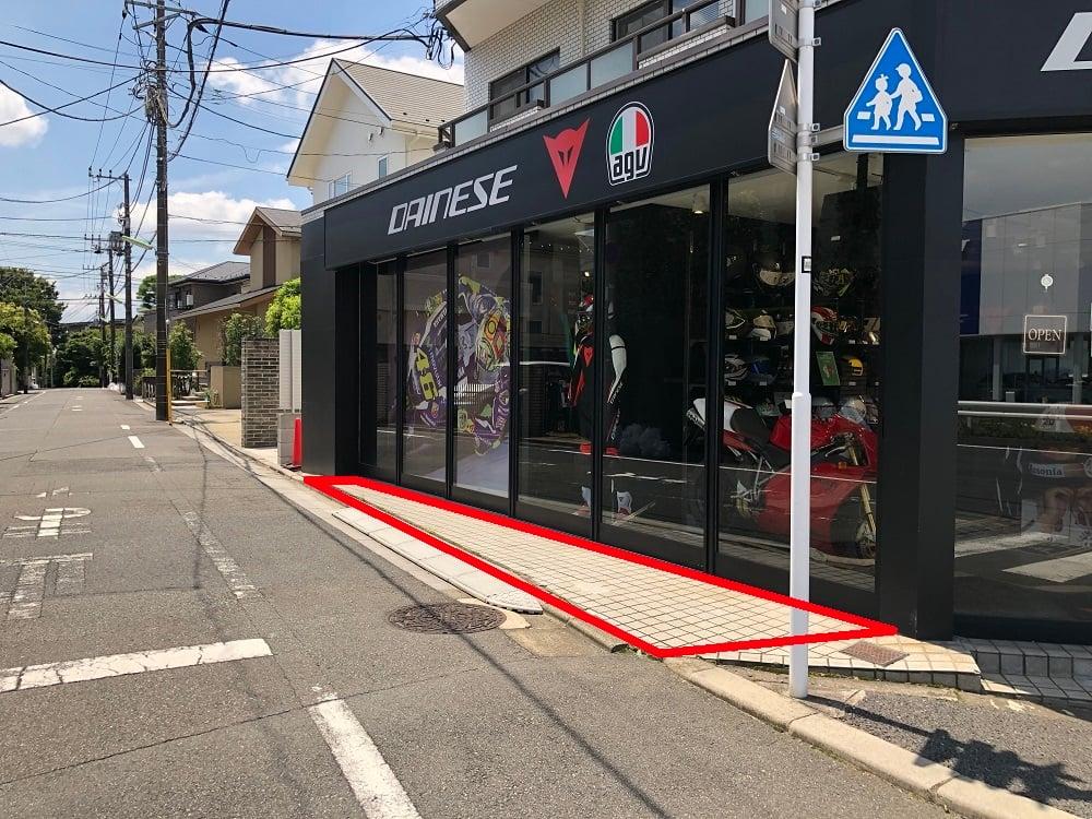 店舗横バイク駐車スペース
