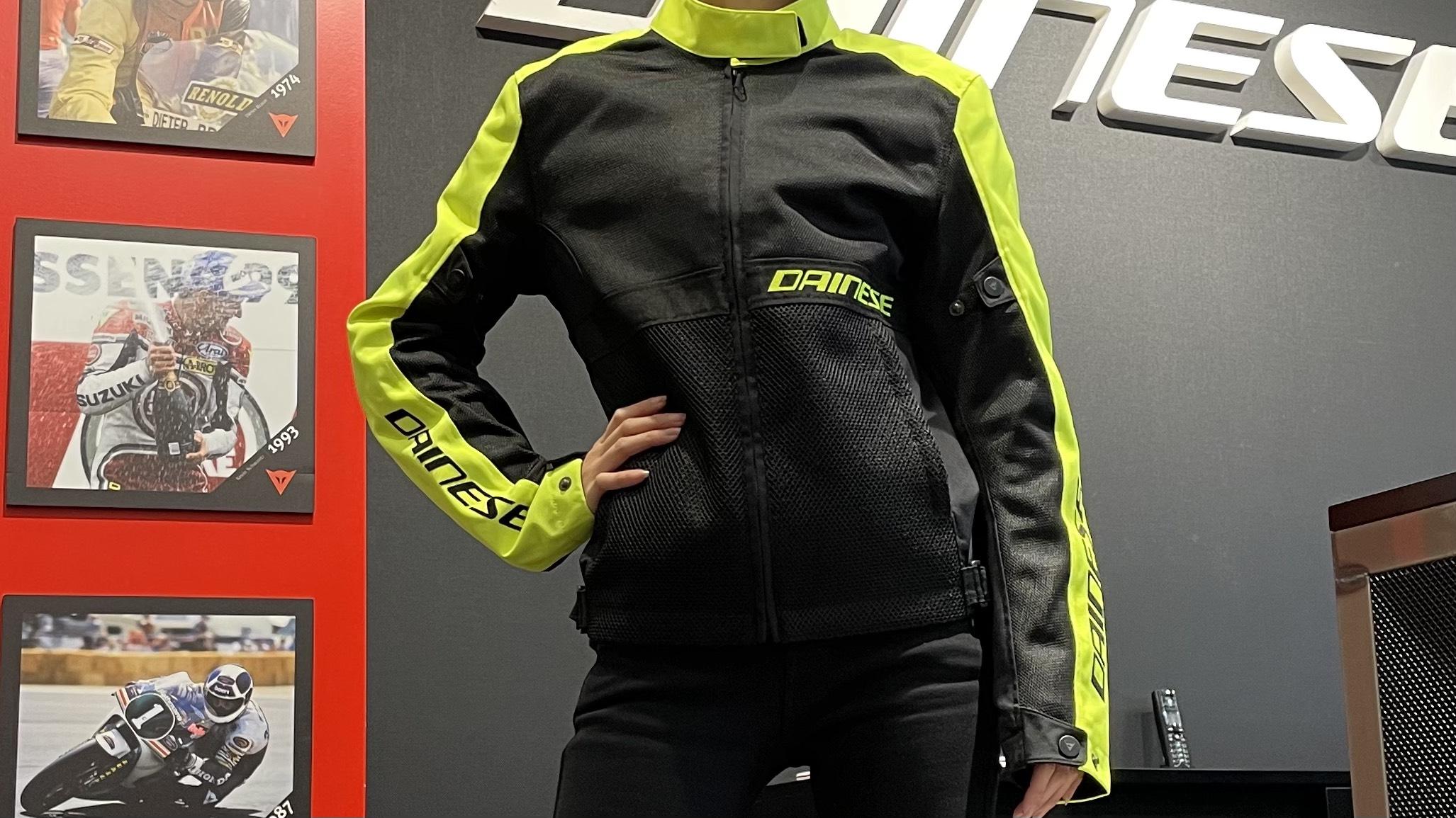 抜群の涼しさと軽さをあわせもつ、夏にぴったりな新作レディースジャケットのご紹介