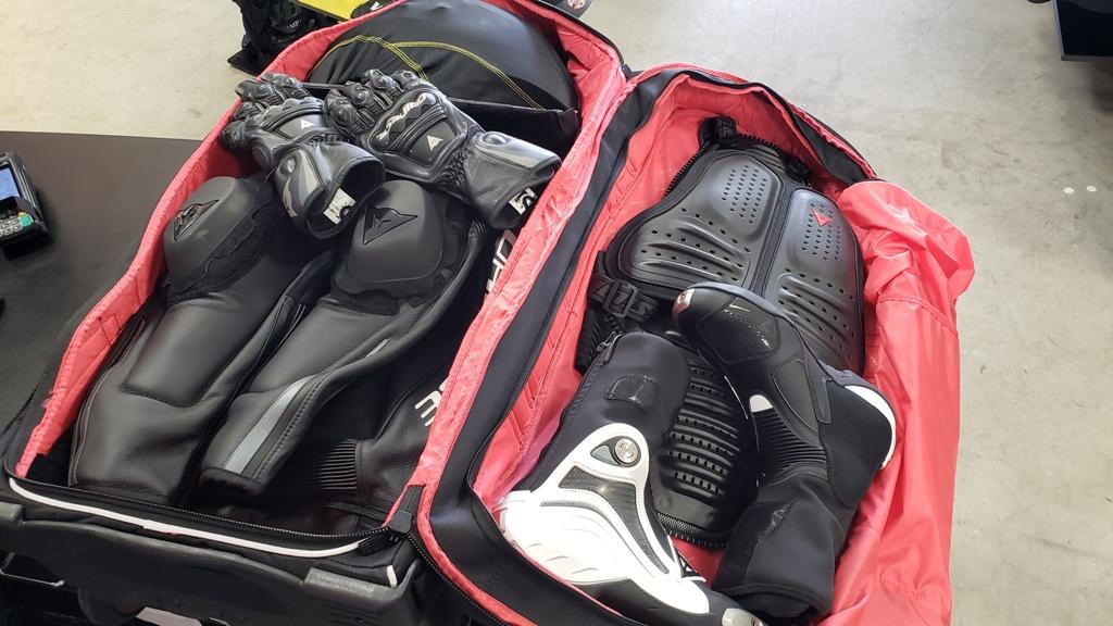 サーキット走行での必須アイテム 『D-RIG WHEELED BAG』 必要な物は全てこのキャリーバッグへ。
