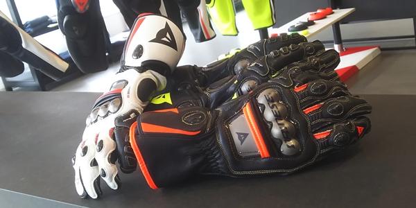MotoGPのトップライダーが使用するレーシンググローブ