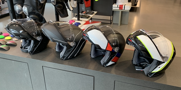 カーボン製高機能AGVヘルメットのご紹介