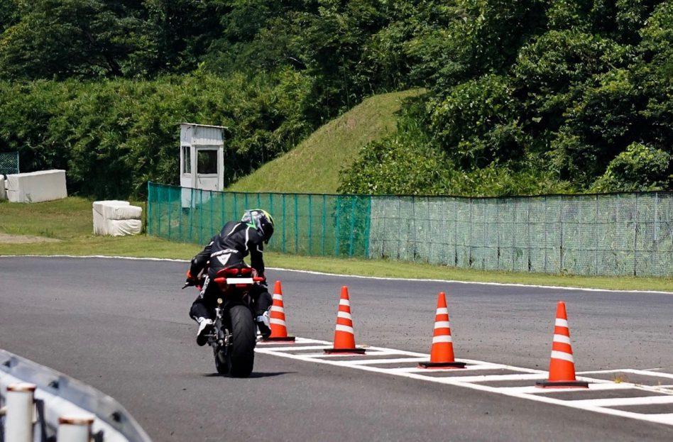 レーシングスーツのフィッティングと快適性【Tri-AXIAL】