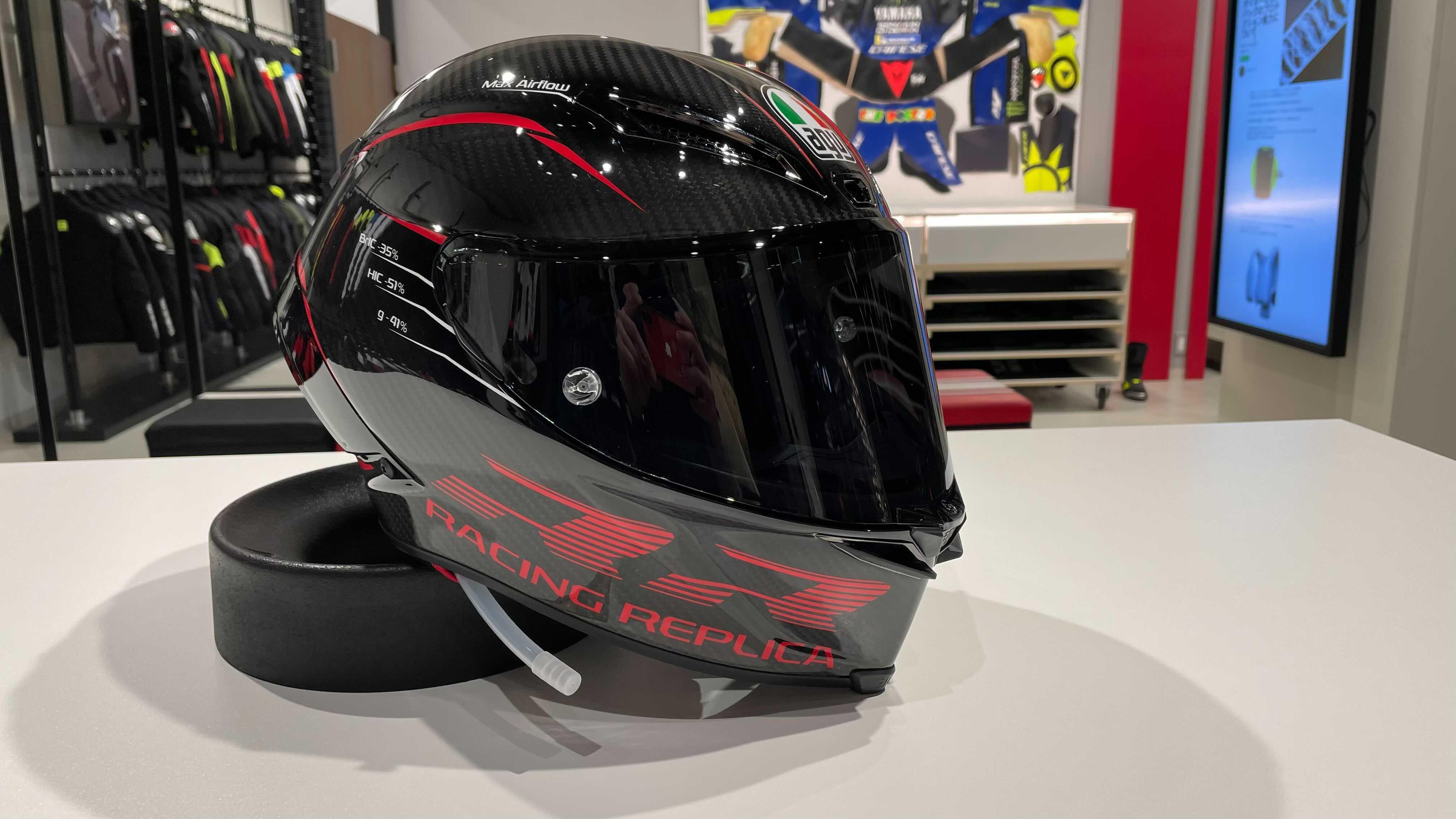 カーボンの美しさとヘルメットの進化を融合させたグラフィック【PISTA GP RR PERFORMANCE CARBON/RED】
